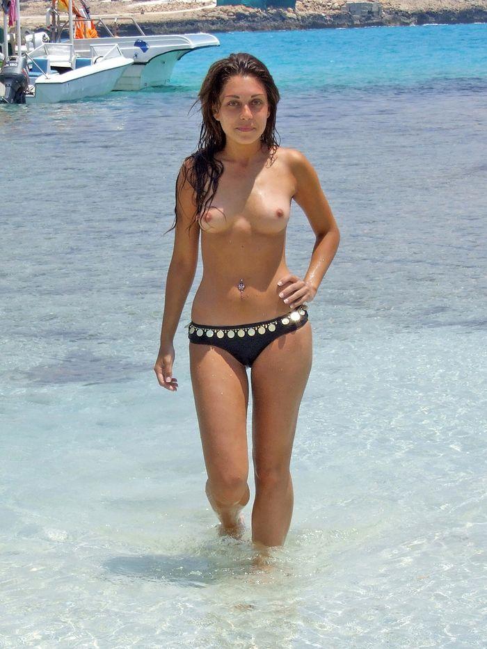 Голые девушки на пляже загорают и купаются в свое удовольствие
