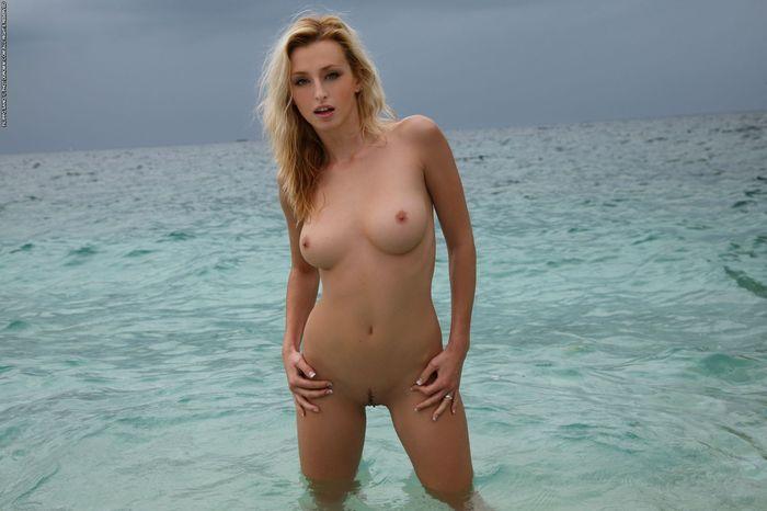 Нудисточка без трусов забавляется у моря