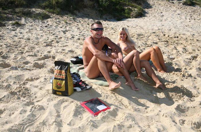 Ню пляж привлекает внимание