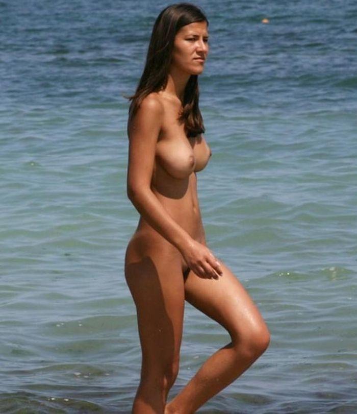 Женщины натуристки нежатся под солнышком