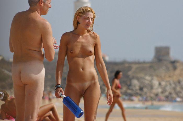 Пары нудистов на диких пляжах релаксируют