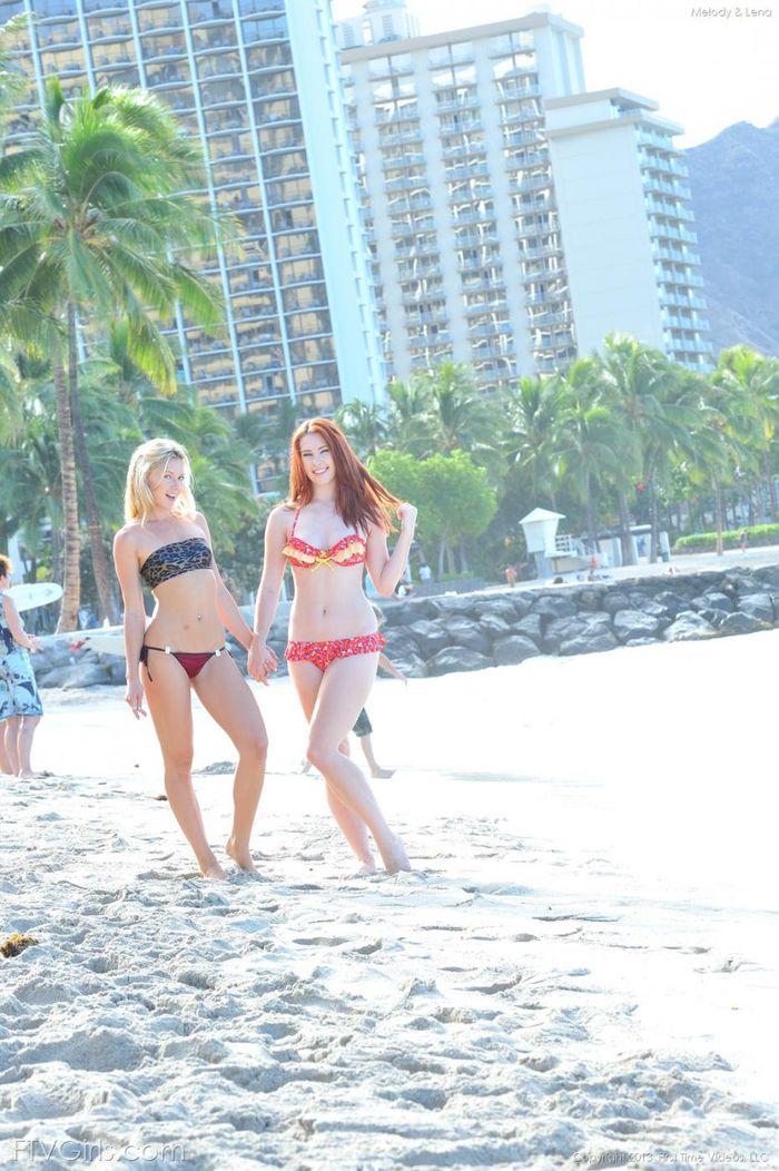 Голышом на пляже две прекрасные незнакомки