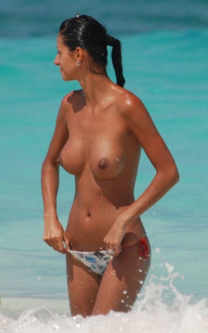 Топлес на пляже не занимает особого труда для нудистов