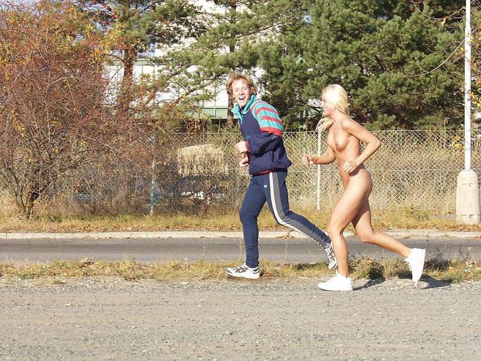 Голые девки на улице не стыдятся своих тел
