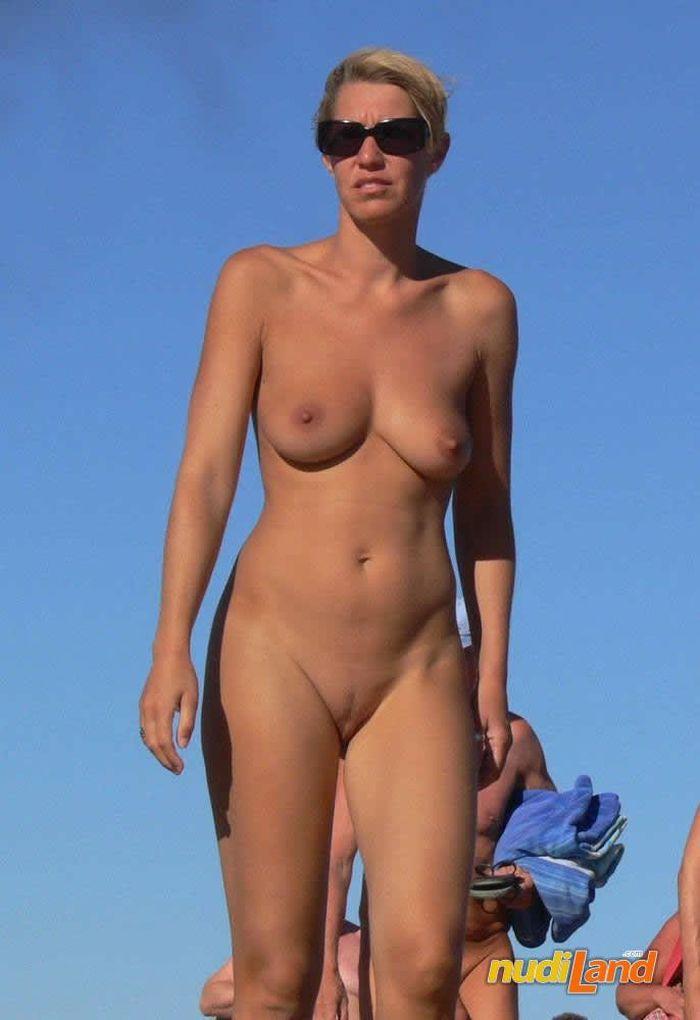 Голые девочки натуристки в объятиях морских волн