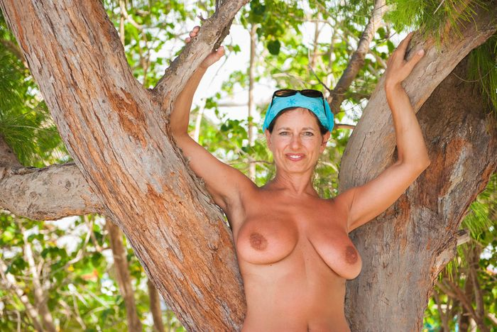 Amateur-Mature-Busty-Shaved-Brunette-Nudist-with-Saggy-Tits-15_1