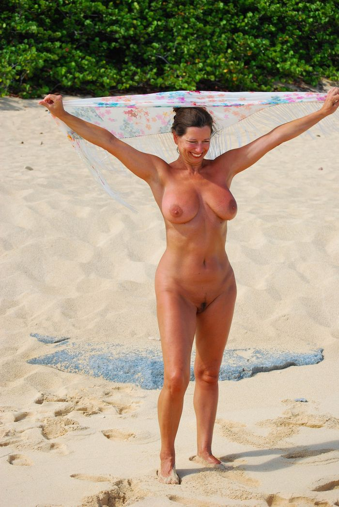 Amateur-Mature-Busty-Shaved-Brunette-Nudist-with-Saggy-Tits-17_1