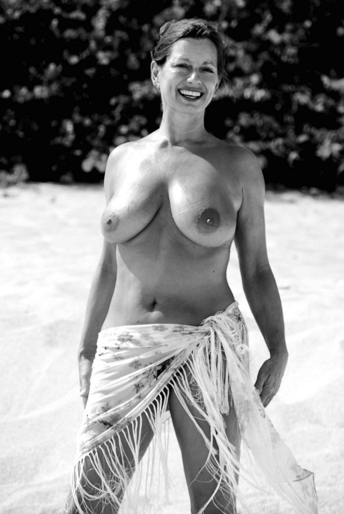 Amateur-Mature-Busty-Shaved-Brunette-Nudist-with-Saggy-Tits-18_1