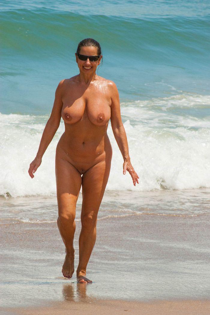 Зрелая нудистка любит бывать на пляже как можно чаще!