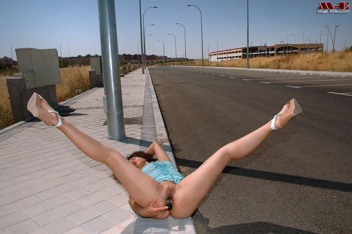 Девушка голая ходит по улице без белья