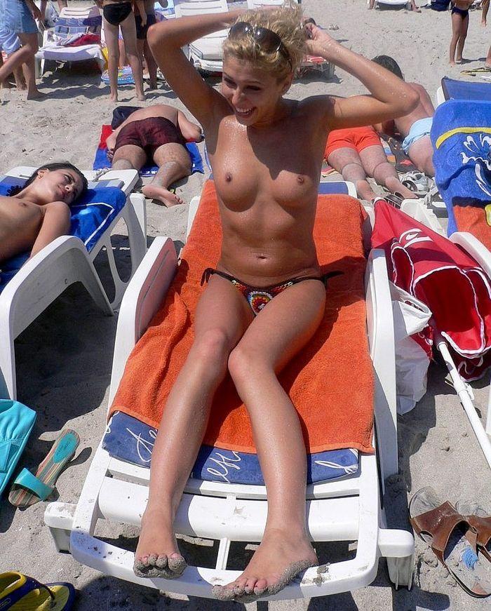 Девушки топлесс отлично проводят время на пляже
