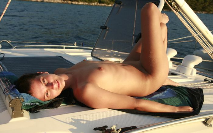Нудисты Хорватии отдыхают на яхте