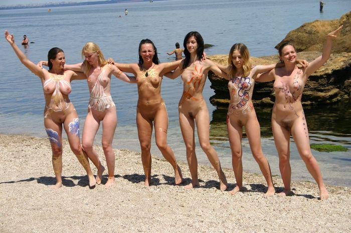 Девки нудистки отдыхают голышом всем на радость