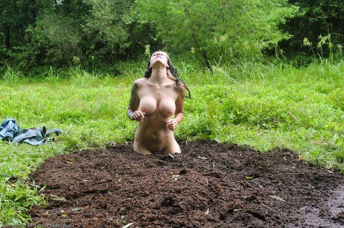 Няшная нудистка принимает грязевые ванны